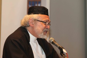Shaykh Seraj Hendricks addresses guests